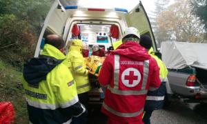 ambulanza pioggia inverno caricamento ferito