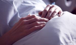 mani letto paziente